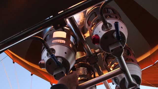 vídeos de stock e filmes b-roll de operating flame jets in hot air balloon - balão de ar quente