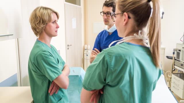 vidéos et rushes de operating room staff talking - chambre d'hôpital
