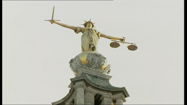 vídeos y material grabado en eventos de stock de operation crevice trial: anthony garcia evidence; low angle pull focus scales of justice statue low angle central criminal court - crevice