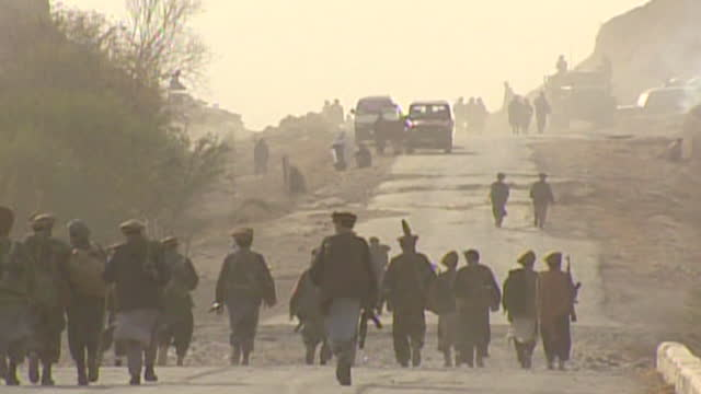 operation enduring freedom - taliban fighters leave their stronghold in kunduz and surrender to join opposing forces, the northern alliance, during... - 2001 bildbanksvideor och videomaterial från bakom kulisserna