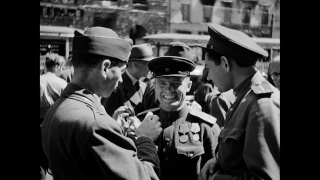 operation of a black market in front of reichstag / us and russian soldiers exchange money and articles with german civilians / ls crowd mingling in... - 1945 stock-videos und b-roll-filmmaterial