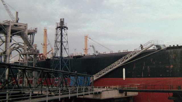montage operations at an oil refinery and port facility / united kingdom - raffinerie stock-videos und b-roll-filmmaterial