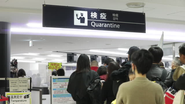 vídeos de stock e filmes b-roll de operations at narita airport to protect people against new coronavirus from wuhan in narita chiba prefecture japan on thursday january 23 2020 - máscara de proteção