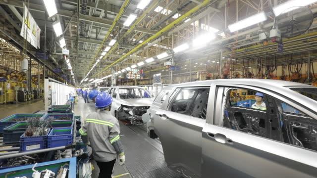 vídeos de stock, filmes e b-roll de operations at the shanghai general motors wuling plant in liuzhou china on wednesday may 23 2018 - indústria automobilística