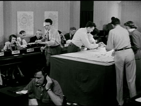 operations center, people busy answering telephones, passing notes, city officials talking. 1950s horror, 1950s sci-fi, b movie, science fiction, the... - whatif点の映像素材/bロール