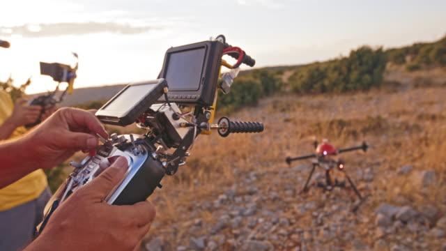 Opérateur et caméraman opérant le drone à l'atterrissage