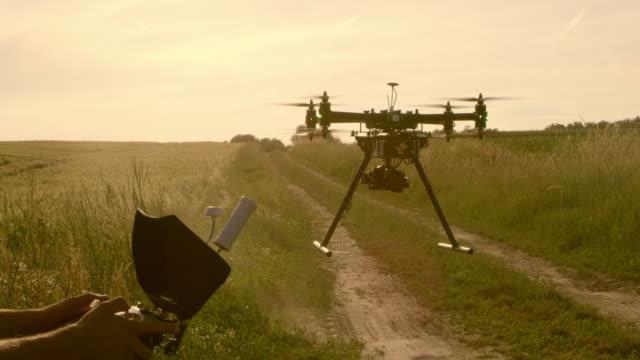 vídeos y material grabado en eventos de stock de operador de olla aterrizaje de los aviones no tripulados - multicóptero