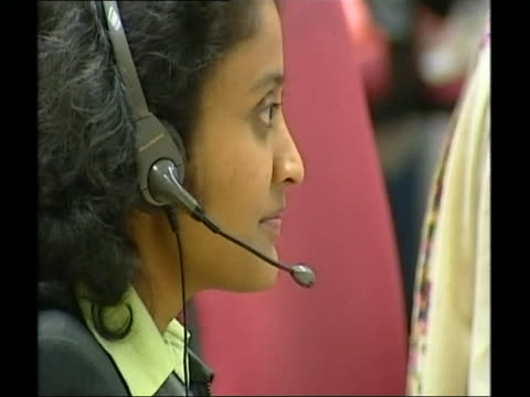 stockvideo's en b-roll-footage met operators working in a call centre in india - uitbesteding