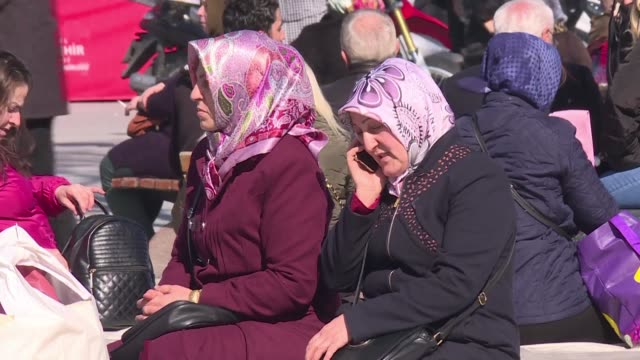 vídeos de stock e filmes b-roll de opinion on the streets of istanbul is mixed over turkey lifting a historic ban on female officers wearing the islamic headscarf - lenço na cabeça enfeites para a cabeça
