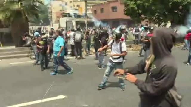 vídeos y material grabado en eventos de stock de opositores del presidente venezolan nicolas maduro chocaron nuevamente con agentes de seguridad el jueves durante una jornada de protestas a favor y... - política y gobierno