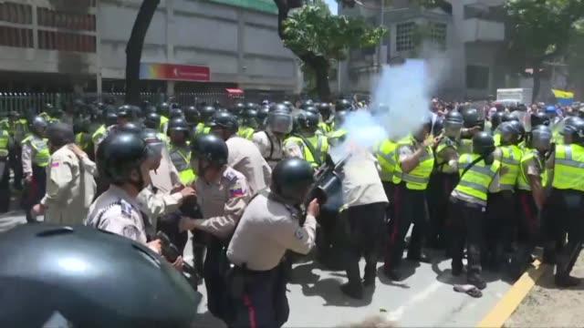 opositores venezolanos chocaron el martes con la policia en caracas durante una protesta para exigir la restitucion de las facultades del parlamento... - afp stock videos & royalty-free footage