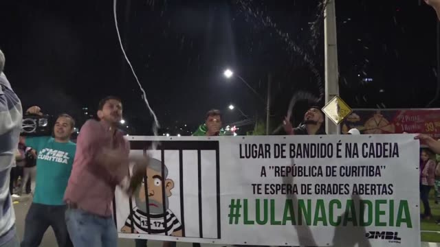 opponents of former brazilian president lula in curitiba open champagne bottles after he was arrested to start serving a 12 years sentence for... - brasile meridionale video stock e b–roll