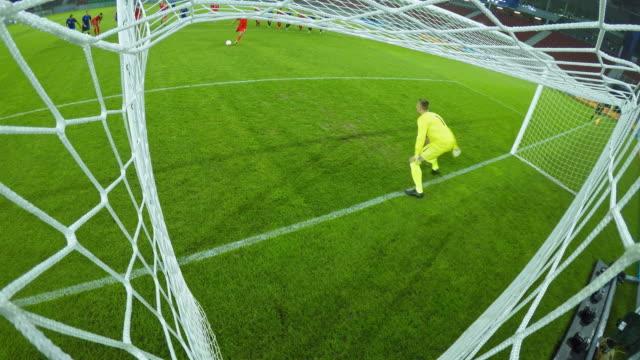 vidéos et rushes de ld opposite team scoring a goal as the goalkeeper fails to defend it - gardien de but