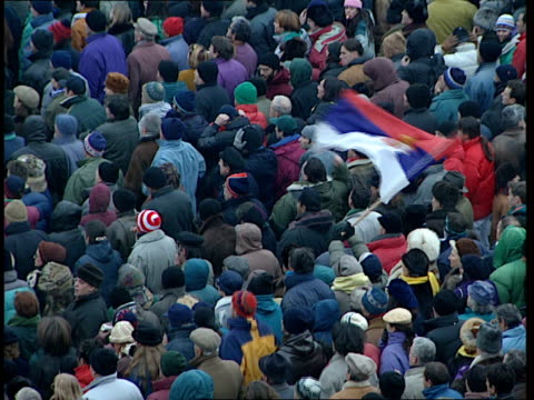 vidéos et rushes de opposition demonstration; high angle view of crowd of protesters chanting sot / demonstrators chanting sot / dusk - night vuk draskovic addressing... - serbia