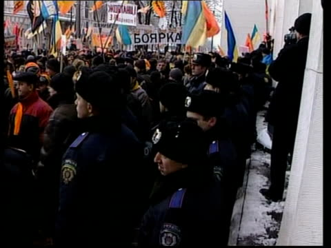 vídeos y material grabado en eventos de stock de opposition party pulls out of talks with government; itn ext tgv mass protesters in square tgv lines of police on duty beside protesters cms snow on... - bare tree