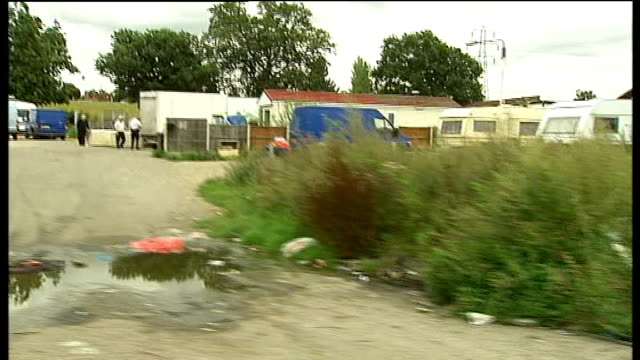 opposition to basildon council decision to evict crays hill travellers; 10.8.2009 travelling shot past caravans on dale farm site occupied by... - basildon stock-videos und b-roll-filmmaterial