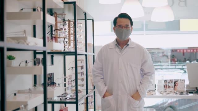 vídeos y material grabado en eventos de stock de estante de gafas optician organizando gafas - stock video - lente