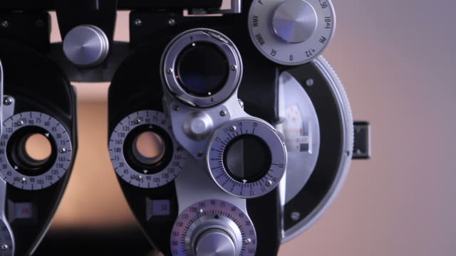 stockvideo's en b-roll-footage met optometrist tools - oogmeetkunde