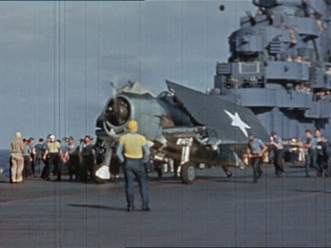 vidéos et rushes de 1943 or 1944 wwii planes with folded wings on flight deck of cv10/ plane being lowered to hangar deck - marinière