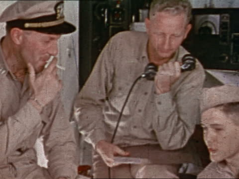 vidéos et rushes de 1943 or 1944 wwii us navy officer and personnel smoking talking in control room of uss yorktown - marinière