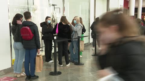 stockvideo's en b-roll-footage met oracle shopping centre in reading general views; england: berkshire: reading: int shoppers along in shopping centre wearing masks / one way stickers... - shopping centre
