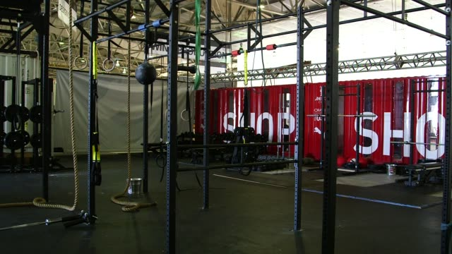 oracle team usa gym facility at the teams headquarters in san francisco california us on march 26 wide shot of a tent with gym equipment inside wide... - oracle corporation stock-videos und b-roll-filmmaterial