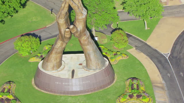 vídeos y material grabado en eventos de stock de ws aerial zo oral roberts university engraving and reveal praying hands statue / tulsa, oklahoma, united states - manos juntas