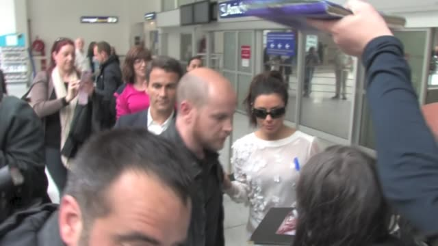 l'oréal's ambassador and notorious housewife eva longoria cracks up laughing when stupid paps fall over the whole place as she arrives at nice... - 主婦業点の映像素材/bロール