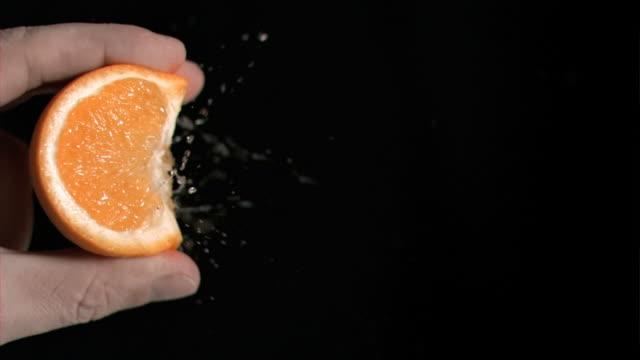 vidéos et rushes de orange being squeezed in super slow motion - presser