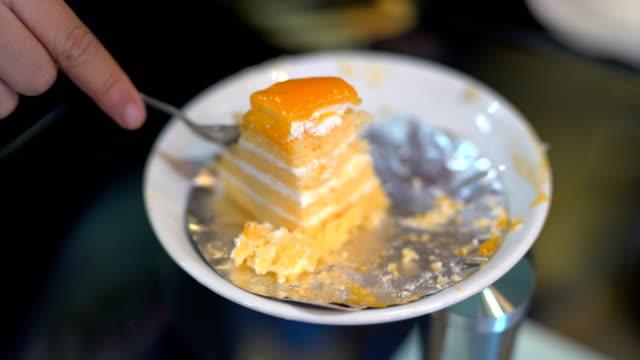 vidéos et rushes de gâteau orange dans le café - ice cream