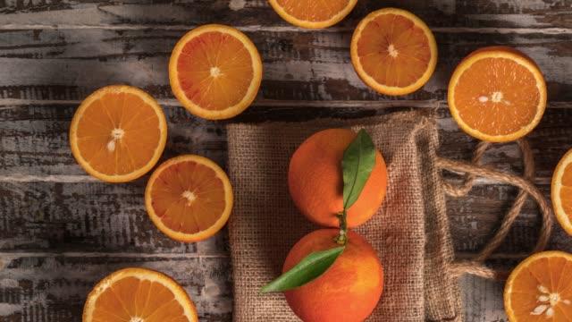 木材の背景にオレンジ色の果物 - 荒い麻布点の映像素材/bロール