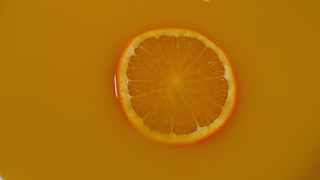 vídeos y material grabado en eventos de stock de orange juice being poured, slow motion 4k - zumo de naranja