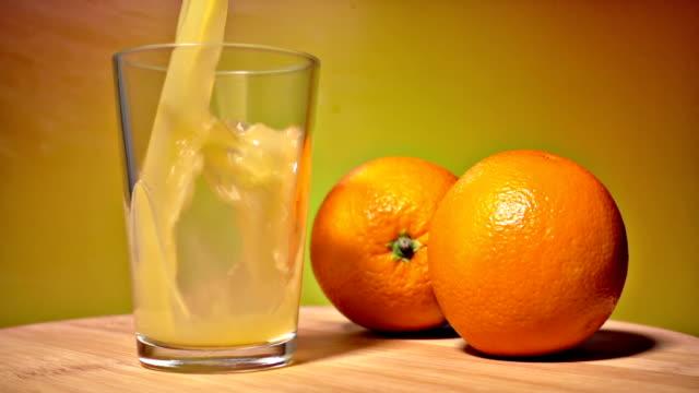 vidéos et rushes de jus d'orange dans le verre - goûter
