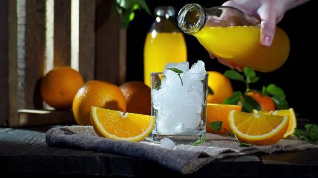 オレンジジュース注ぐ - オレンジジュース点の映像素材/bロール