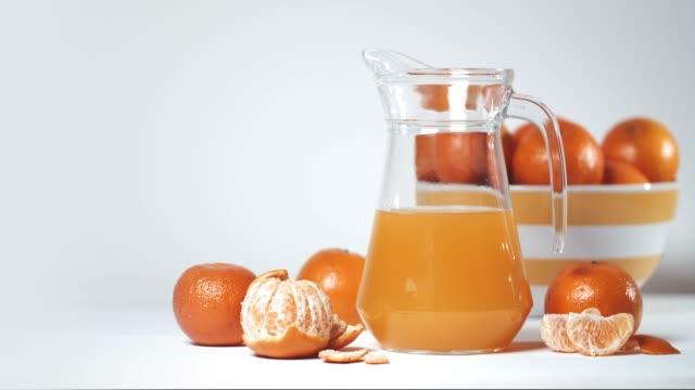 vídeos y material grabado en eventos de stock de naranja, naranja pelada y zumo de naranja en vidrio. zumo de naranja. - cóctel tropical