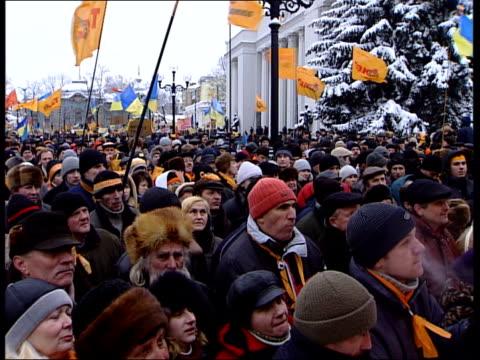 vídeos de stock e filmes b-roll de general views from kiev street protests; ukraine: kiev general views of crowds chanting and waving flags / guards, in paramilitary uniform, keeping... - ucrânia bandeira