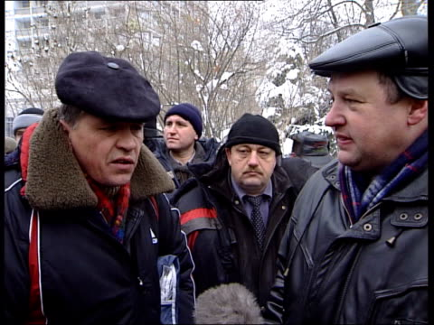 "vídeos de stock e filmes b-roll de street protests in kiev; ukraine: kiev independence square: day / snow vox pops men in the street / people chanting ""yushchenko"" sot / people along... - ucrânia bandeira"