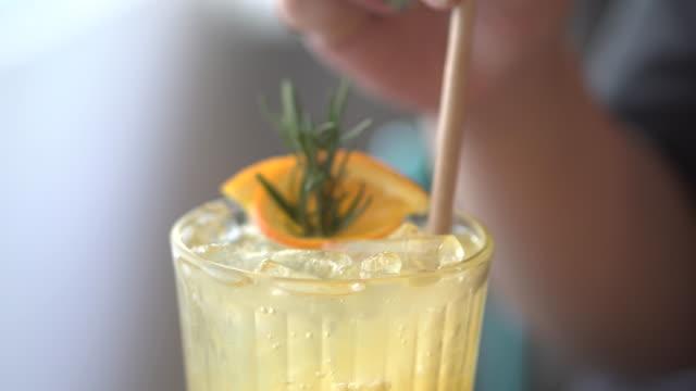 orange soda mit frau hand - strohhalm stock-videos und b-roll-filmmaterial