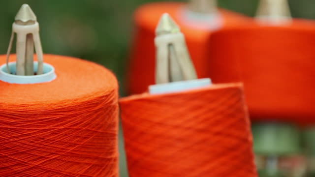 vidéos et rushes de cu ds r/f orange threads in camira fabrics moquette factory / lithuania - fil mercerie