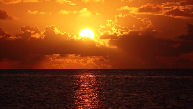 orange tropical sunset over the gulf of mexico in the florida keys - 静かな情景点の映像素材/bロール
