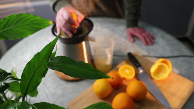oranges and citrus juicer - bamboo plant stock-videos und b-roll-filmmaterial