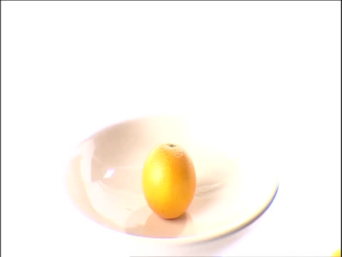 vidéos et rushes de oranges appear in bowl one by one - coupe à fruits