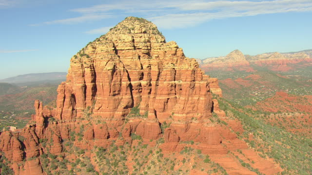 vídeos de stock e filmes b-roll de ms aerial orbit around large rock formation with color variations / sedona, arizona, united states  - arenito