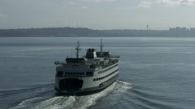 vídeos y material grabado en eventos de stock de orbital shot of a ferry moving toward downtown seattle - estrecho de puget