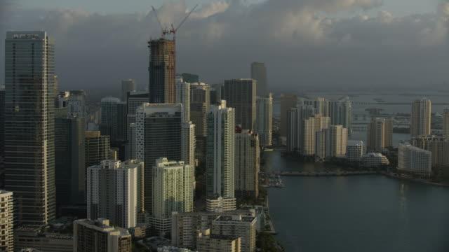 orbital shot of downtown miami at sunrise - baia di biscayne video stock e b–roll
