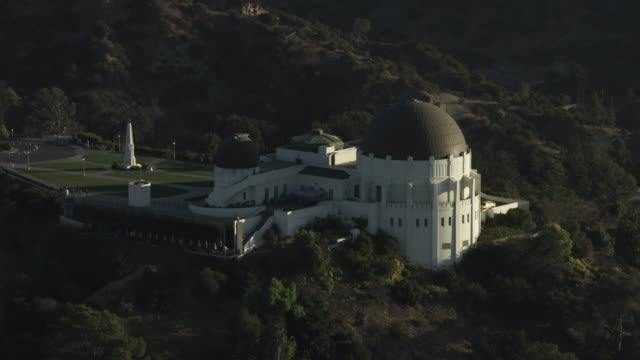 orbital shot of griffith observatory - weltraum und astronomie stock-videos und b-roll-filmmaterial