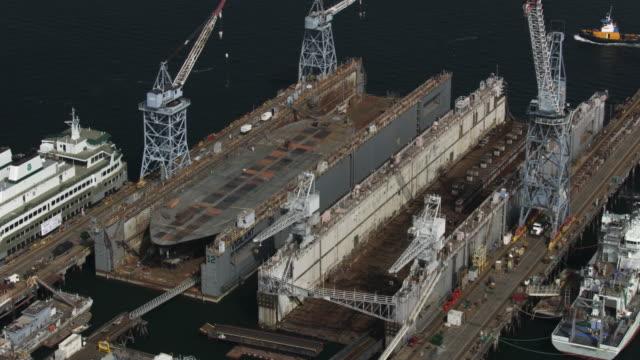 vídeos y material grabado en eventos de stock de orbital shot of ship building facilities at the vigor shipyards in harbor island - bahía de elliott