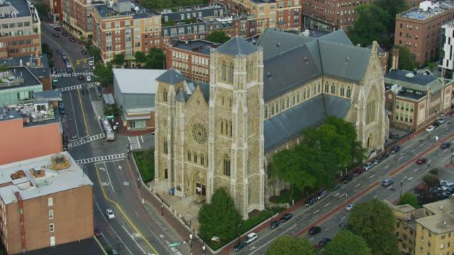 vídeos y material grabado en eventos de stock de orbital shot of the cathedral of the holy cross - tracería