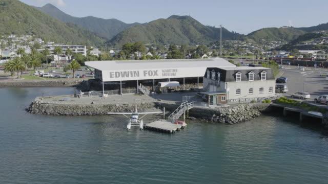 vídeos y material grabado en eventos de stock de orbital shot of the edwin fox docking at the maritime museum - hidroplano