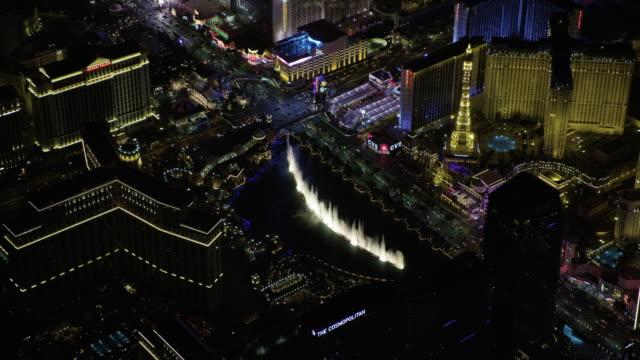 stockvideo's en b-roll-footage met orbital shot of the fountains of bellagio during night show - replica eiffeltoren las vegas